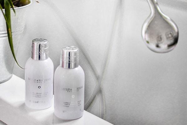 Как смыть макияж эффективно и безопасно?